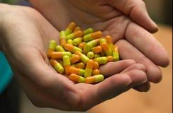 Mains du ` s de femme tenant beaucoup de pilules Photos libres de droits