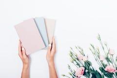Mains du ` s de femme tenant trois livres image libre de droits