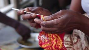 Mains du ` s de femme tissant les files d'attente de laine clips vidéos