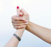 Mains du ` s de femmes dans l'amitié Photo stock