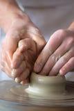 mains effectuant le potier neuf s de bac Photographie stock