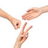 Mains effectuant les ciseaux de papier de roche Photos libres de droits