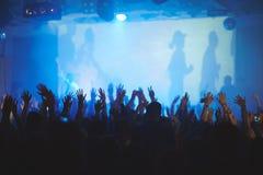 Mains en air au concert Photographie stock libre de droits