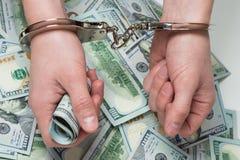 Mains en argent de prise de menottes images libres de droits