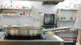 Mains en chef faisant cuire dans la poêle Mode de vie sain, nourriture de régime banque de vidéos