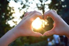 Mains en forme de coeur Photos libres de droits