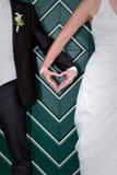 Mains en forme de coeur des jeunes mariés sur le mariage Photographie stock libre de droits