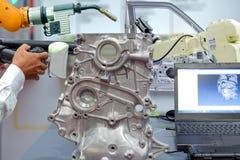 Mains en gros plan d'a de technicien et de balayage robotique de l'utilisation 3D pour la pièce de balayage de l'automobile photo libre de droits