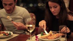 Mains en gros plan de femme mangeant le homard du plat avec la fourchette et le couteau banque de vidéos