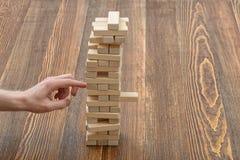 Mains en gros plan de l'homme jouant avec les blocs en bois Photographie stock libre de droits