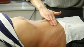 Mains en gros plan de masseur faisant le massage abdominal Massage d'Anticellulite et massage des organes internes Mouvement lent clips vidéos