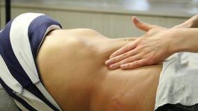 Mains en gros plan de masseur faisant le massage abdominal Massage d'Anticellulite et massage des organes internes Mouvement lent banque de vidéos