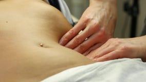 Mains en gros plan de masseur massage abdominal, massage des organes internes 4K banque de vidéos