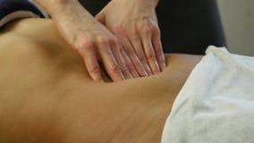Mains en gros plan de masseur massage abdominal, massage des organes internes 4K clips vidéos