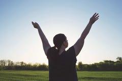 Mains en hausse de femme de poids excessif au ciel Photos stock