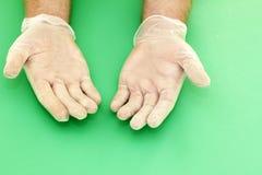 Mains enfilées de gants de vinyle photographie stock