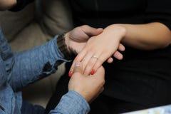 Mains engagées de fixation de couples Photo libre de droits