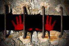 Mains ensanglantées d'un prisonnier Photos stock