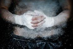 Mains enveloppées pour enfermer dans une boîte prête à combattre avec l'explosion de craie Photo stock