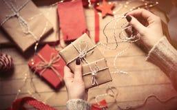 Mains enveloppant des cadeaux images stock