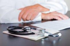 Mains et électrocardiogramme de stéthoscope Photographie stock libre de droits
