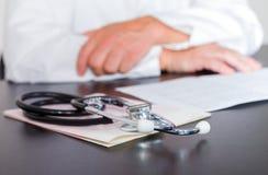 Mains et électrocardiogramme de stéthoscope Image stock