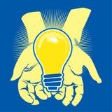 Mains et ampoule Photos libres de droits