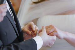Mains et anneau de mariage Photos libres de droits
