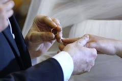 Mains et anneau de mariage Photo stock