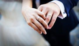 Mains et anneaux Image libre de droits