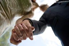 Mains et baisers de fixation de couples Image libre de droits