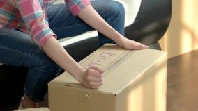 Mains et boîte en carton femelles clips vidéos