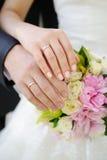 Mains et boucles de mariage Photo stock