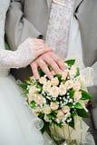 Mains et boucles de mariage Image libre de droits