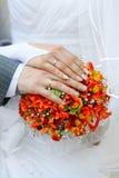 Mains et boucles de mariage Photos libres de droits