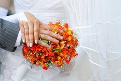 Mains et boucles de mariage Images stock