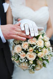 Mains et boucles de mariage Image stock
