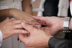Mains et boucles de mariage Images libres de droits