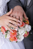 Mains et boucles sur le bouquet de mariage Photo stock