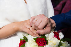Mains et boucles sur le bouquet de mariage Images stock