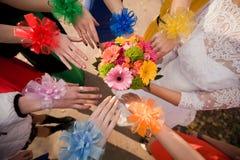 Mains et bouquet nuptiale Photo libre de droits