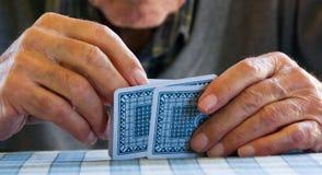 Mains et cartes de pièce Photographie stock libre de droits
