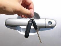 Mains et clé de véhicule Photographie stock libre de droits