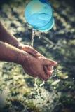 Mains et eau image libre de droits