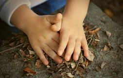 Mains et feuilles d'enfant Photographie stock