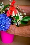 Mains et fleurs Photos stock