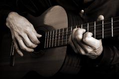 Mains et guitare de guitariste Photographie stock libre de droits