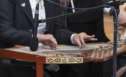Mains et instrument de musique Arabe de Qanon photographie stock libre de droits