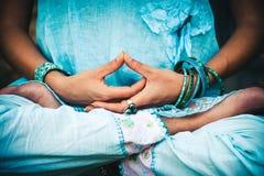 Mains et jambes de femme dans la pose méditative photographie stock libre de droits