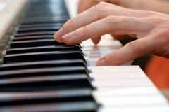 Mains et joueur de piano Images libres de droits